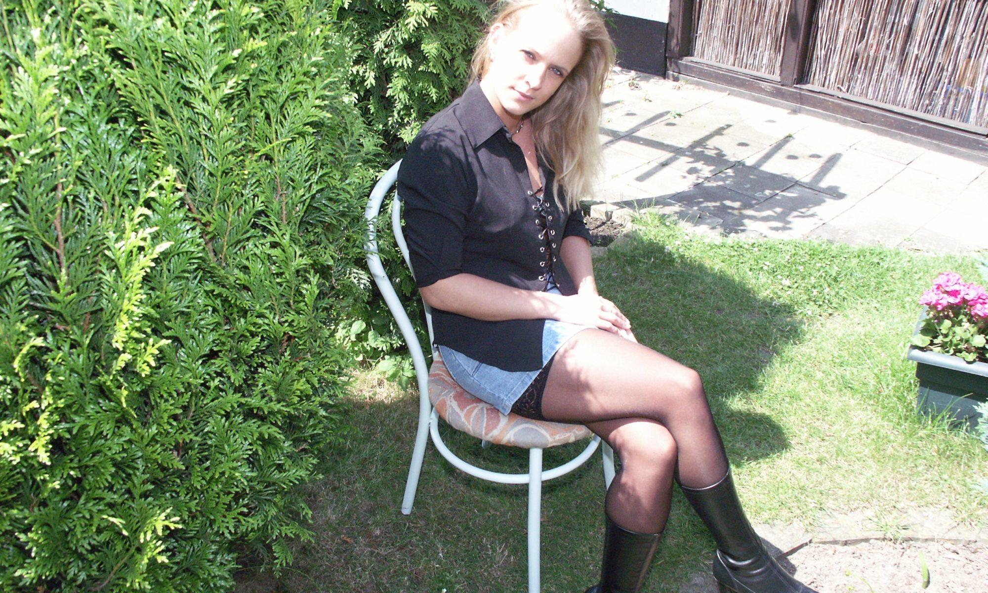 Blonde Mutter in Lederstiefeln